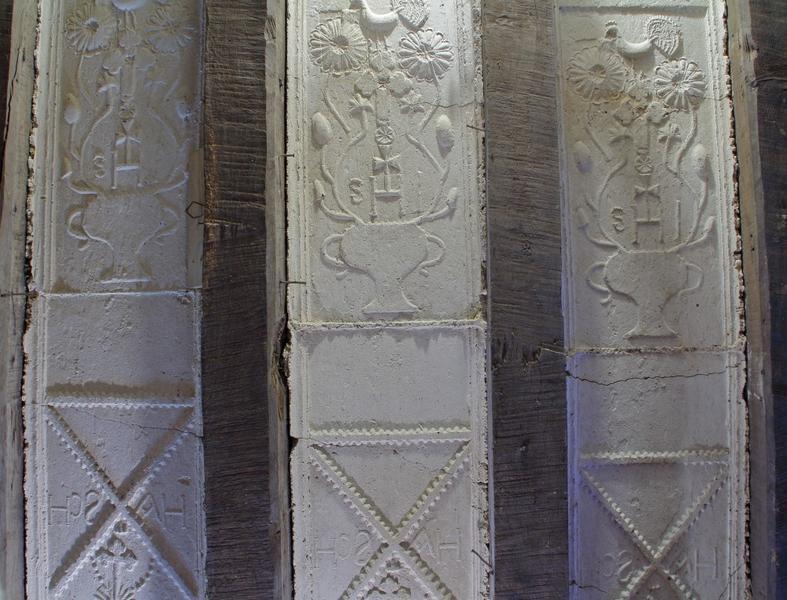 Plafond à entrevous en plâtre décoré. Trois travées , avec raccord des deux panneaux.
