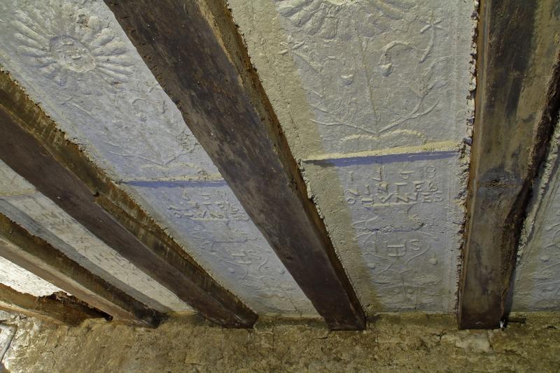 Plafond à entrevous en plâtre décoré. Vue sur deux travées.