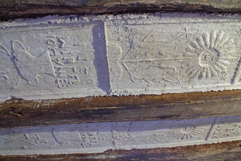 Plafond à entrevous en plâtre décoré. Détail du raccord de deux panneaux.