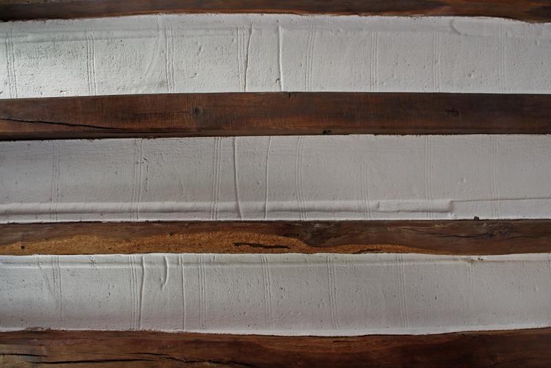 Plafond à entrevous en plâtre décoré avec trace de trame de tissus.