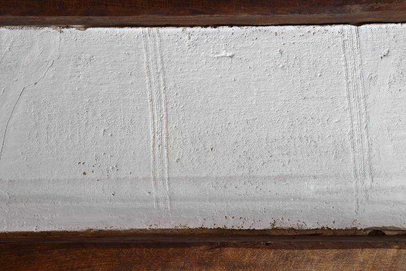 Plafond à entrevous en plâtre décoré avec trace de trame de tissus. Détail.