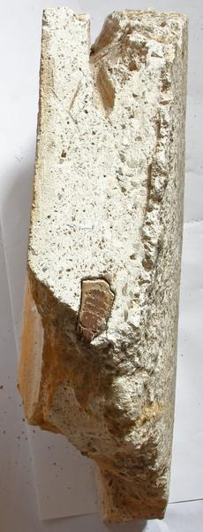 Élément d'entrevous en plâtre décoré provenant probablement du couloir du rez-de-chaussée et conservé dans les combles.