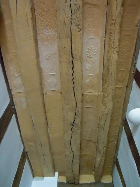 Plafond à entrevous en plâtre décoré. Vue d'ensemble côté jardin