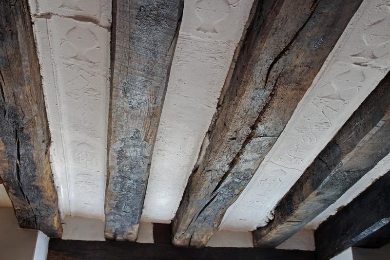 Plafond à entrevous en plâtre décoré.