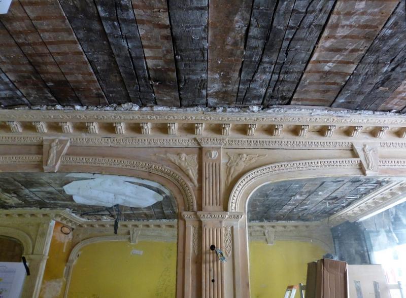 Plafond en cours de restauration, moulures en plâtre et miroirs