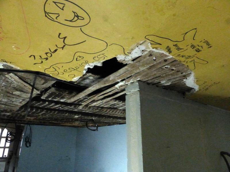 Vue du plafond de l'arrière-boutique avec le plâtre et le lattis en cours de dépose