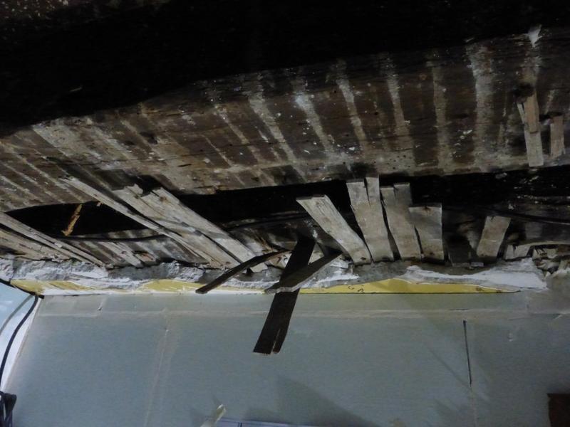 Plafond de l'arrière-boutique, poutres, lattis et plâtre déposé pour restauration.