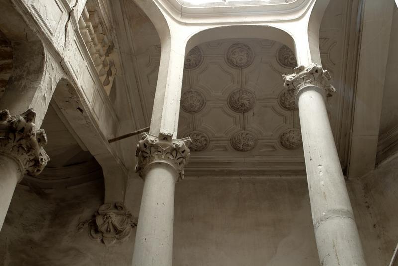 Colonnes supportant la trémie de l'éclairage zénithal et plafond de la cage d'escalier
