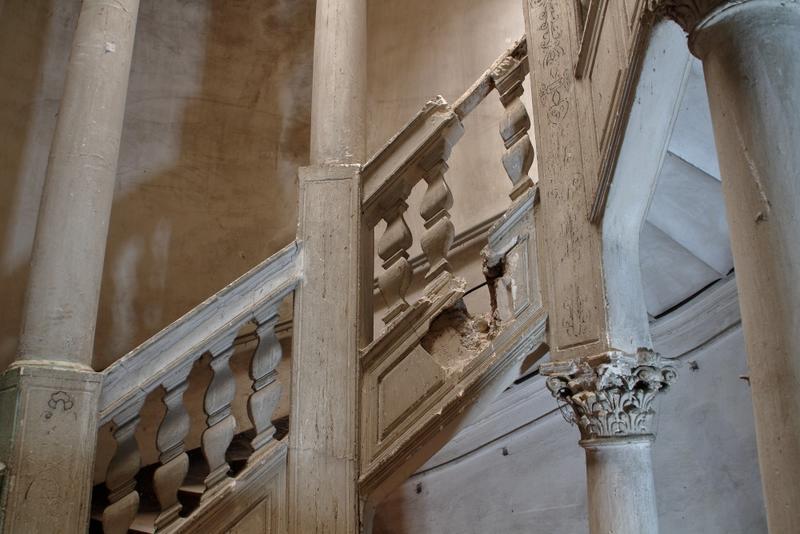 Balustrade et limon plâtre endommagés laissant voir des éléments de la structure bois (deuxième volée)
