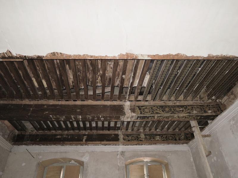 Plafond à la française à demi recouvert d'un plafond en plâtre sur lattis de canes