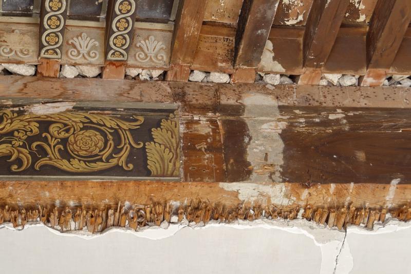 Plafond à la française à demi recouvert d'un plafond en plâtre sur lattis de canes.  Détail.