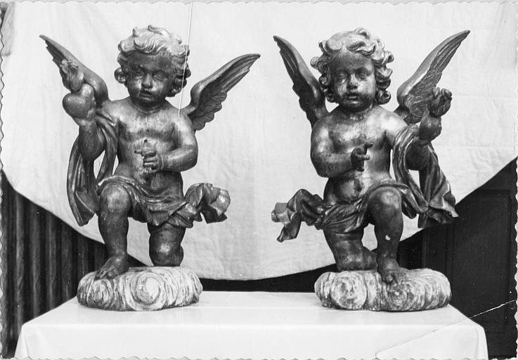 Statues (2) : deux angelots agenouillés tenant chacun un coeur enflammé dans une main, bois sculpté (face)