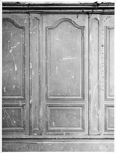 Lambris de revêtement : panneaux de bois moulurés séparés de pilastres et surmontés d'une corniche simple