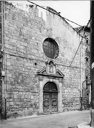 Façade à occulus et porte cantonnée de pilastres et surmontée d'une niche inscrite dans un fronton triangulaire
