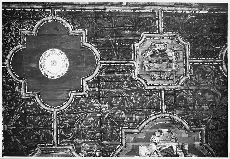 Plafond : bois peint de caissons polylobés renfermant des rosaces, décor de rinceaux végétaux (détail)