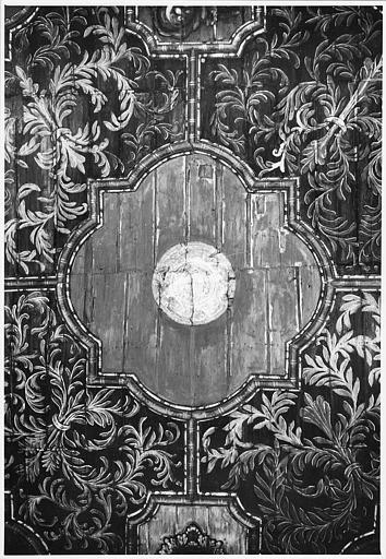 Plafond : bois peint, détail d'un caisson polylobé décoré d'un médaillon central et entouré de rinceaux végétaux