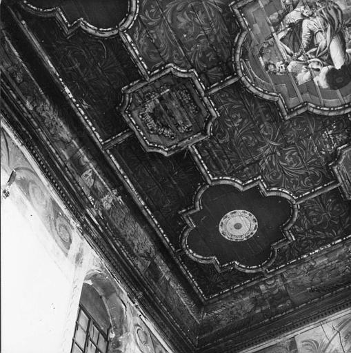 Plafond : détail des caissons et du décor peint de rosaces, rinceaux végétaux, scène de l'Assomption de la Vierge