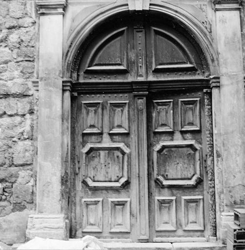 Porte en bois cintrée à décor de moulures formant des motifs géométriques