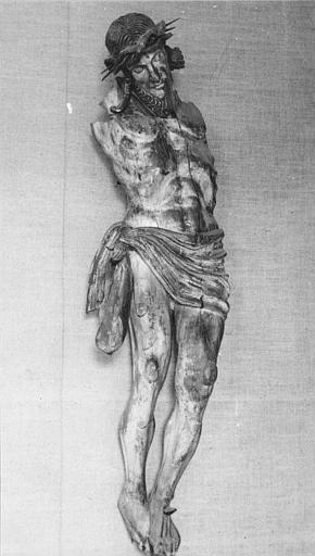 Statue : Christ en croix dit de Veyrines, bois sculpté (trois quart)