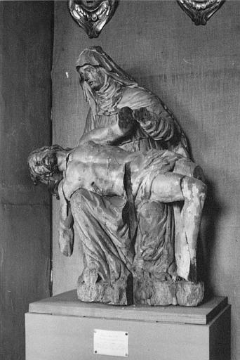 Groupe sculpté : Vierge de Pitié, bois sculpté, peint, avant restauration