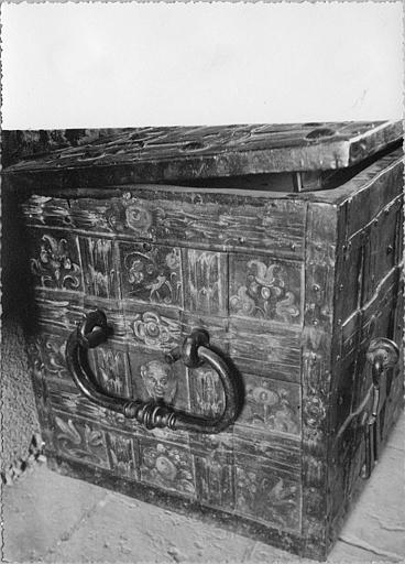 Coffre : fer imitant des lames de bois tressé, peint de fleurs et mascarons (petit côté)