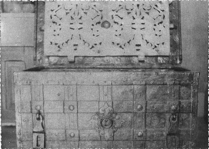 Coffre : fer imitant des lames de bois tressé, couvercle ouvert orné d'un décor repercé (vue rapprochée, face)