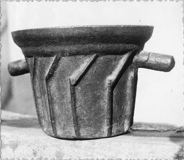 Mortier : mortier en fonte à poignées, orné de sortes de chevrons