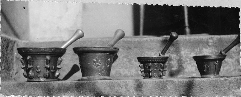 Mortiers (4) : quatre mortiers de pharmacie en bronze