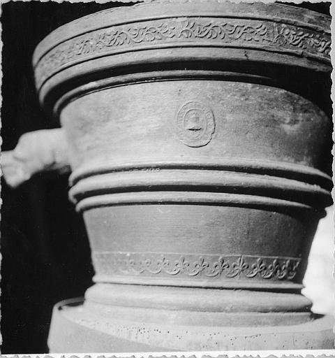 Mortier : mortier à poignées en forme de têtes de chien, décor de moulures, frise de branchages et frise fleurdelisée