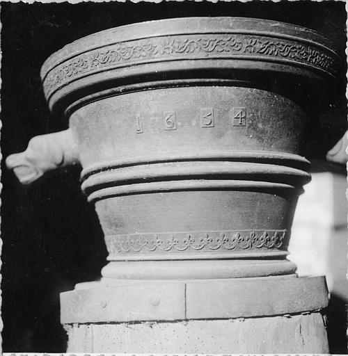 Mortier : mortier à poignées en forme de têtes de chien, décor de moulures, frise de branchages et frise fleurdelisée, date 1654