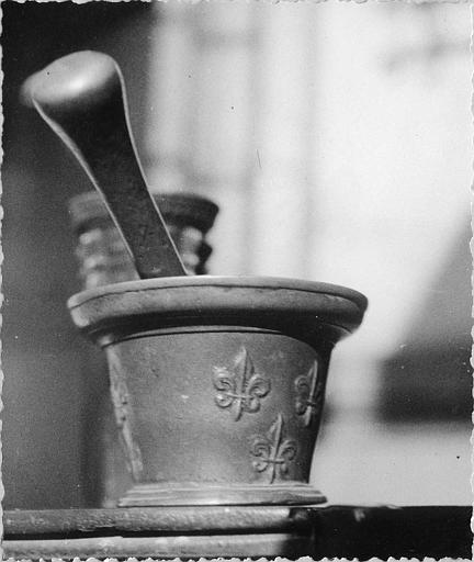 Mortier : mortier de pharmacie en bronze, décor en relief de fleurs de lys, moulures