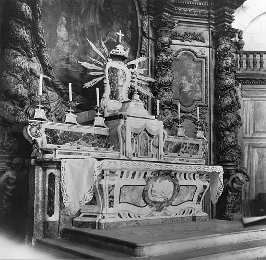 Autel, tabernacle, exposition : autel galbé orné d'un bas-relief avec saint Laurent sur le grill, tabernacle surmonté d'une exposition