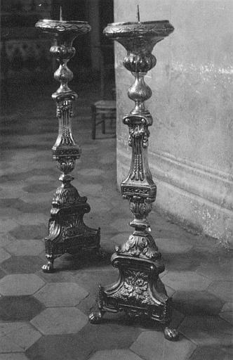 Chandeliers d'autel (2) : paire de chandeliers d'autel en laiton argenté, reposant sur trois pieds à patte de lion