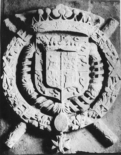 Bas-relief : armoiries du Maréchal Jean-Baptiste d'Ornano et de sa femme cerclées du collier de l'ordre du Saint-Esprit, pierre sculptée en bas-relief