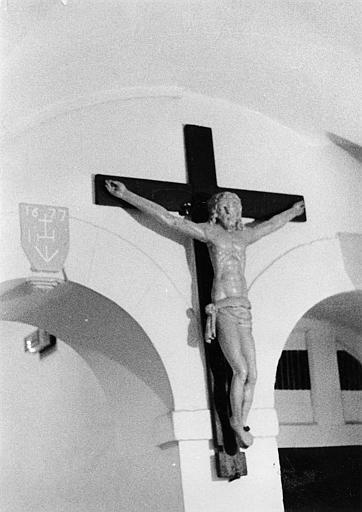 Statue : Christ en croix, bois sculpté, peint (trois quart)