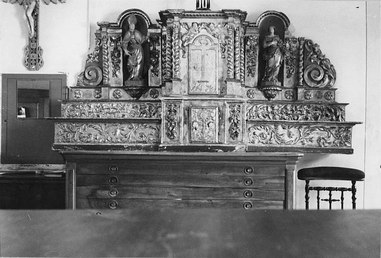 Tabernacle, gradin d'autel, statuettes (2) : tabernacle architecturé flanqué de 2 statuettes, posé sur deux gradins d'autel ; avant restauration