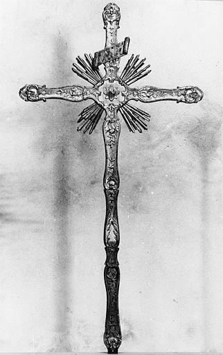 Croix de procession : bois sculpté de frises de végétaux, de coquilles et de rayons, doré