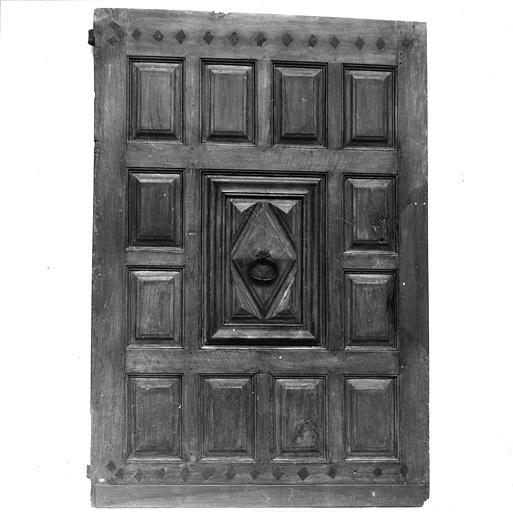 Porte : porte en noyer sculpté de motifs géométriques, provenant de l'ancien couvent des Bénédictines