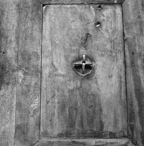 Porte : revers de porte en noyer, provenant de l'ancien couvent des Bénédictines, détail de la partie centrale et de l'accroche de la poignée en fer