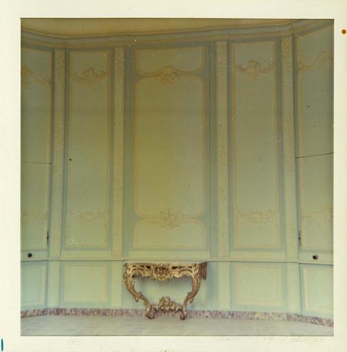 Lambris de revêtement, table d'applique (console) : lambris à décor de moulures et d'éléments végétaux, console en bois sculpté et doré ; après restauration