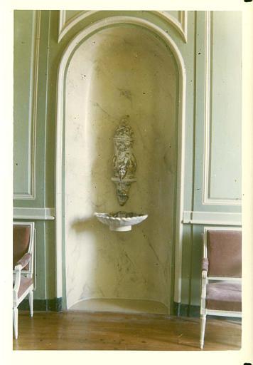 Fontaine : détail d'une grande fontaine en faïence placée dans une niche peinte en faux marbre ; après restauration
