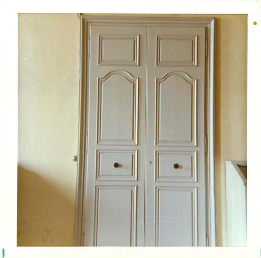 Porte : détail d'une porte à deux vantaux simplement moulurée et peinte ; après restauration