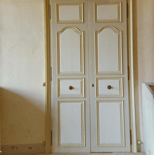 Porte : vue d'une porte à deux vantaux, bois simplement mouluré et peint ; après restauration