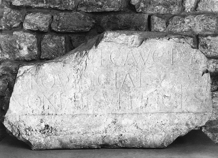 A. Noyer ; Plaque commémorative : à la mémoire de Marcus Julius Bassus, pierre, inscription en relief-méplat