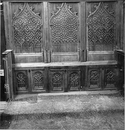 Stalles : bois sculpté de lancettes et d'entrelacs rappelant les réseaux des baies d'églises (face)