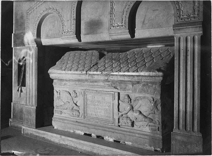 Sarcophage : sarcophage en marbre, décor imitant un toit de tuiles, deux anges en bas-relief tiennent une plaque funéraire