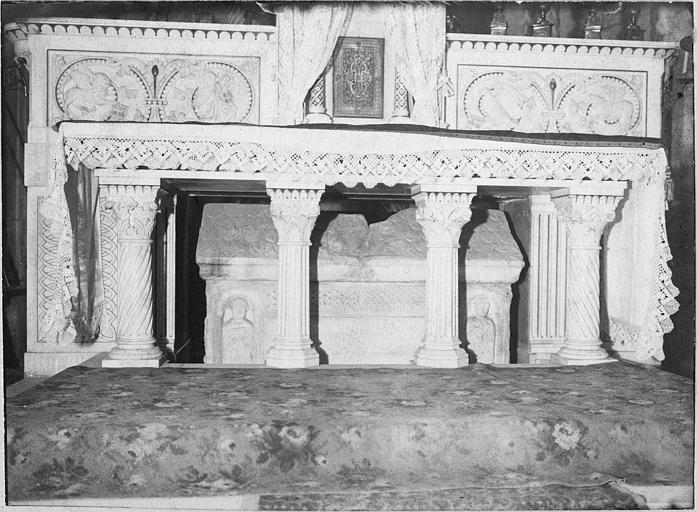 Sarcophage : sarcophage en marbre, placé sous un autel, décor de 2 niches abritant chacune un personnage