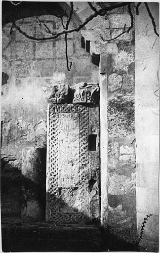 Stèle : plaque de marbre rectangulaire sculptée d'un relief-méplat d'entrelacs entourant une inscription gravée