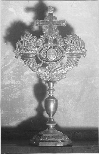 Reliquaire de la Vraie Croix : médaillon central encadré par deux cornes d'abondance et surmonté par une croix, métal argenté