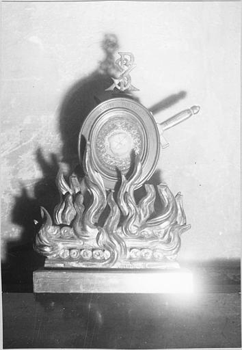 Reliquaire : reliquaire de saint Polycarpe, médaillon ovale posé sur un bûcher, cuivre doré